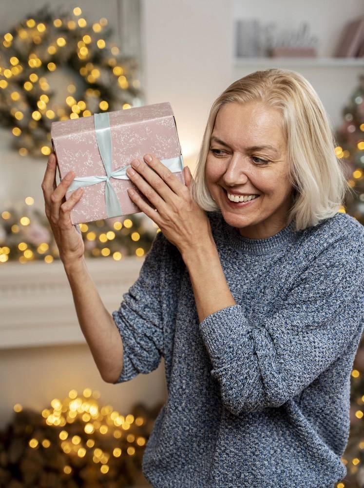 拿着圣诞礼物的女人的正视_10752567