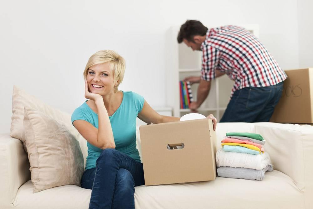 新客厅装修过程中微笑的女人画像_10675056