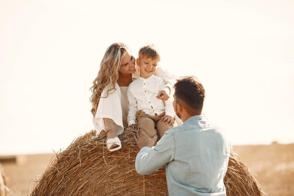 日落时分一家人在麦田里陪着小儿子玩耍_10885103