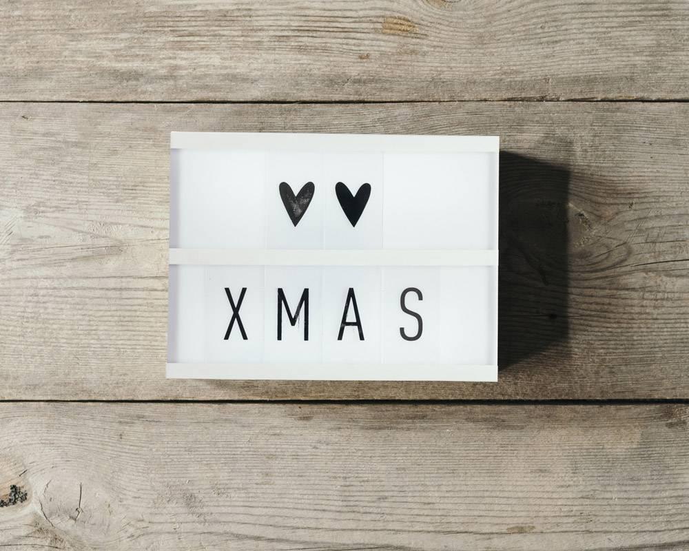 木质背景led面板中的圣诞文字_10765790