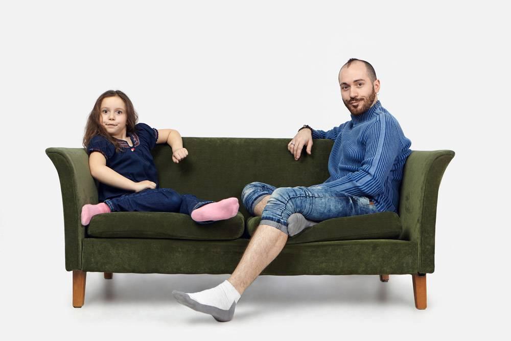 横拍滑稽的女学生坐在绿色沙发上留着胡_10897997