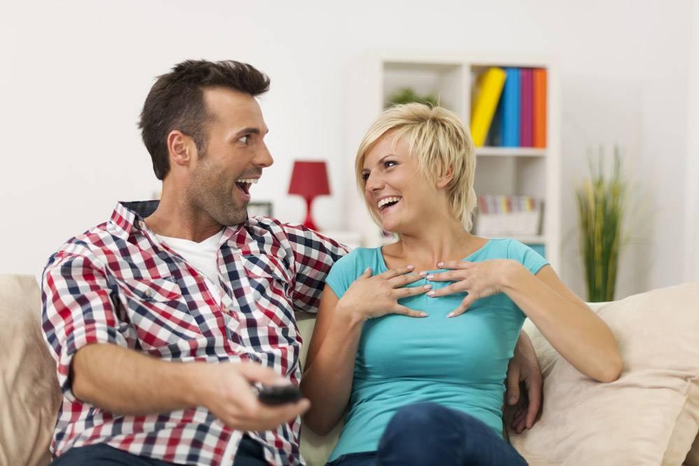 欢笑的夫妇在家里看有趣的电影_10675083
