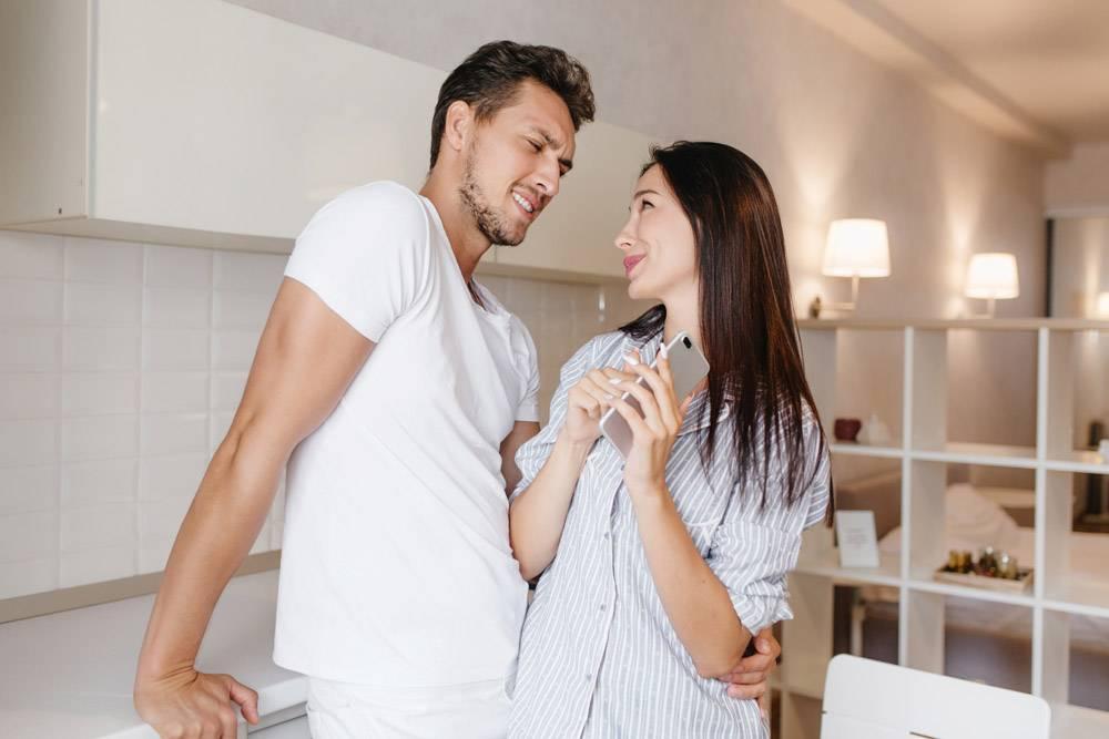 欣喜若狂的黑发女子笑着看着丈夫的眼睛_10785934