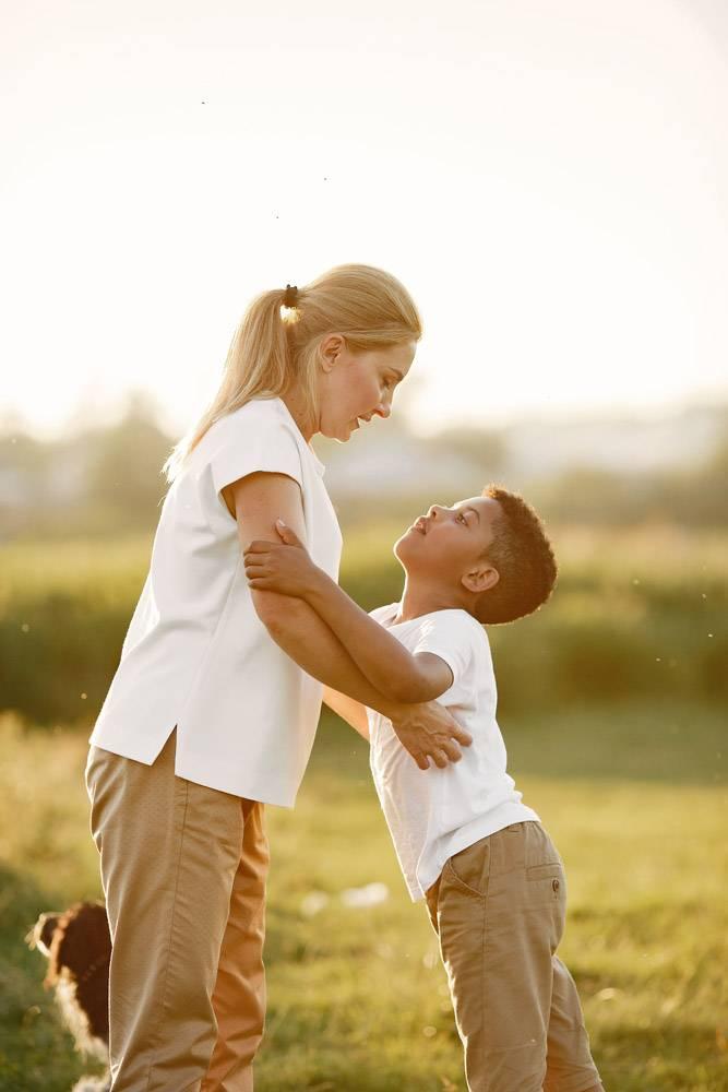 欧洲母亲和非洲儿子一家人在夏季公园里_10884100