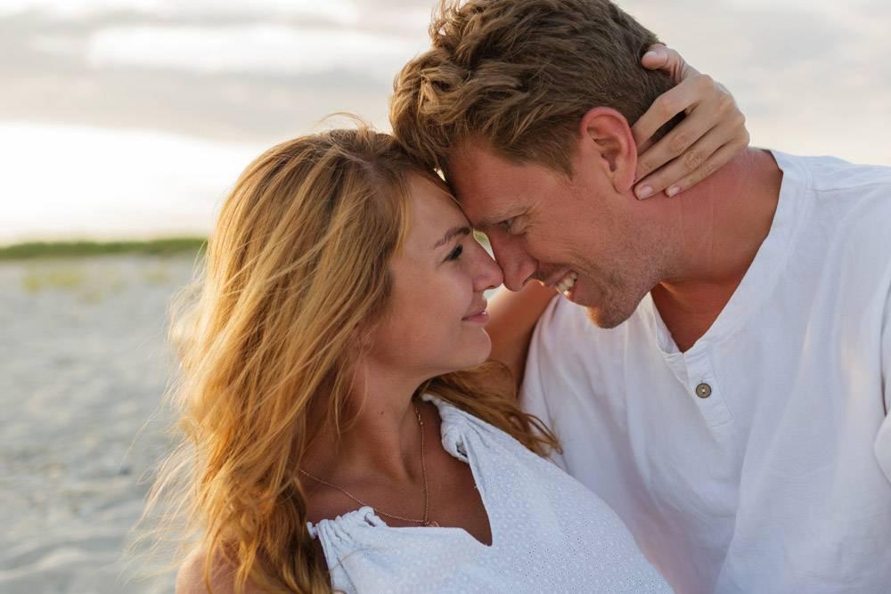 欧洲美女夫妇在夕阳下拥抱的特写肖像_10688273