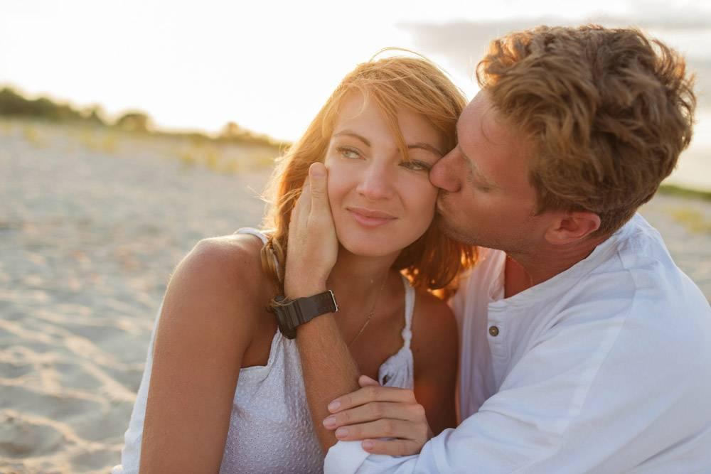 欧洲美女夫妇在夕阳下拥抱的特写肖像_10688290