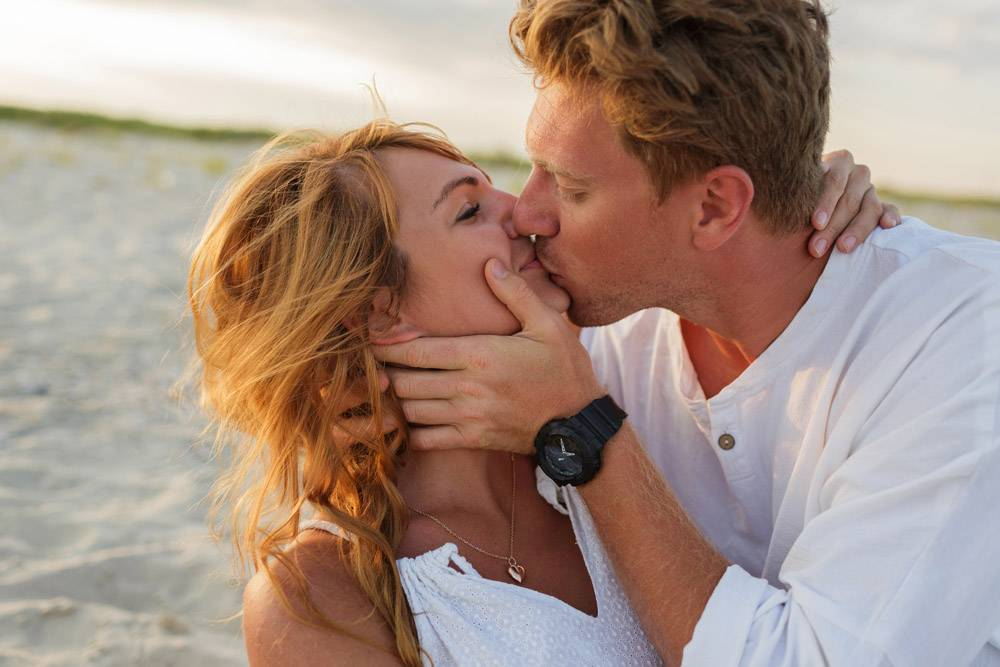 欧洲美女夫妇在夕阳下拥抱的特写肖像男人_10688281