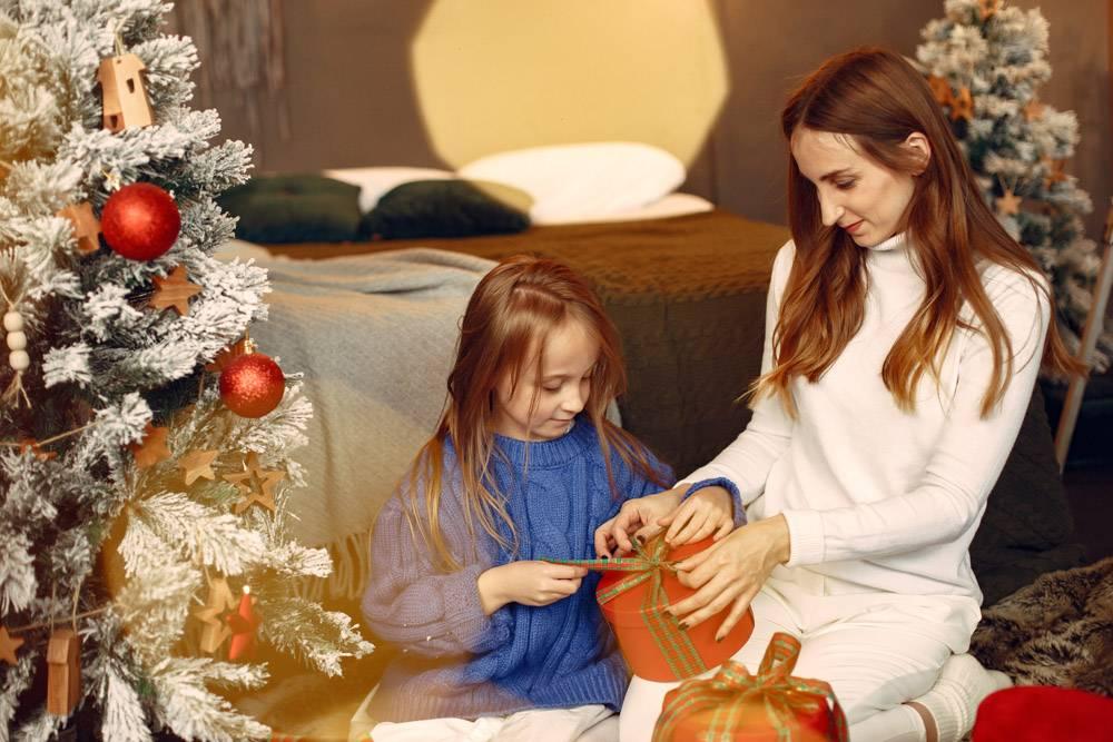 人们在为圣诞节做准备母亲和女儿一起玩耍_11755929