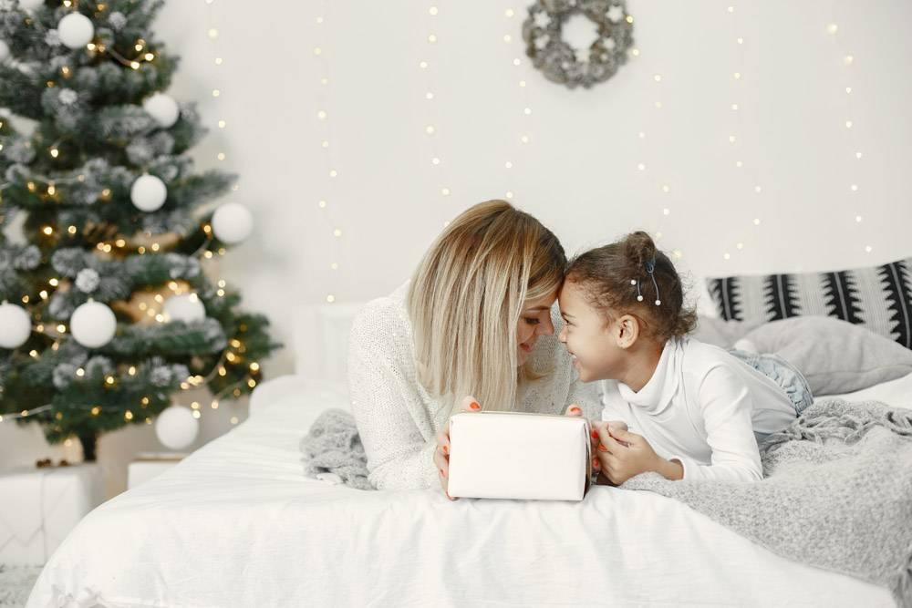 人们在为圣诞节做准备母亲和女儿一起玩耍_11743867