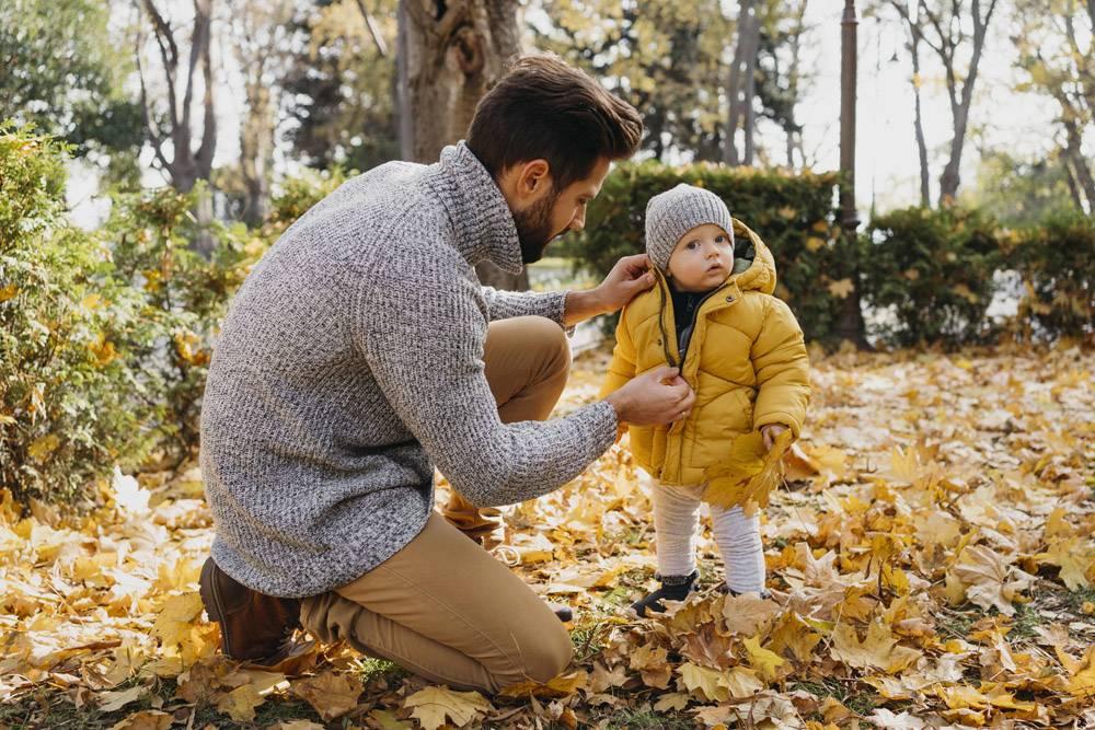 父亲与孩子在户外共度时光的侧观_11904659