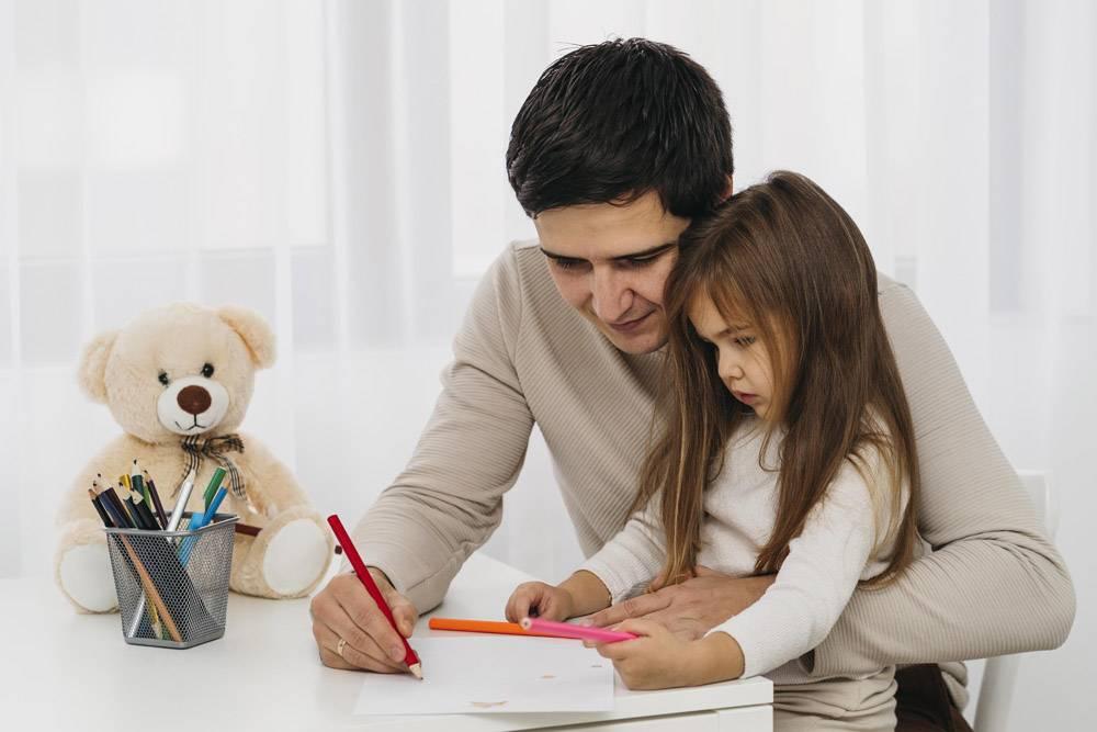 父亲和女儿一起在家中的侧观_11904703