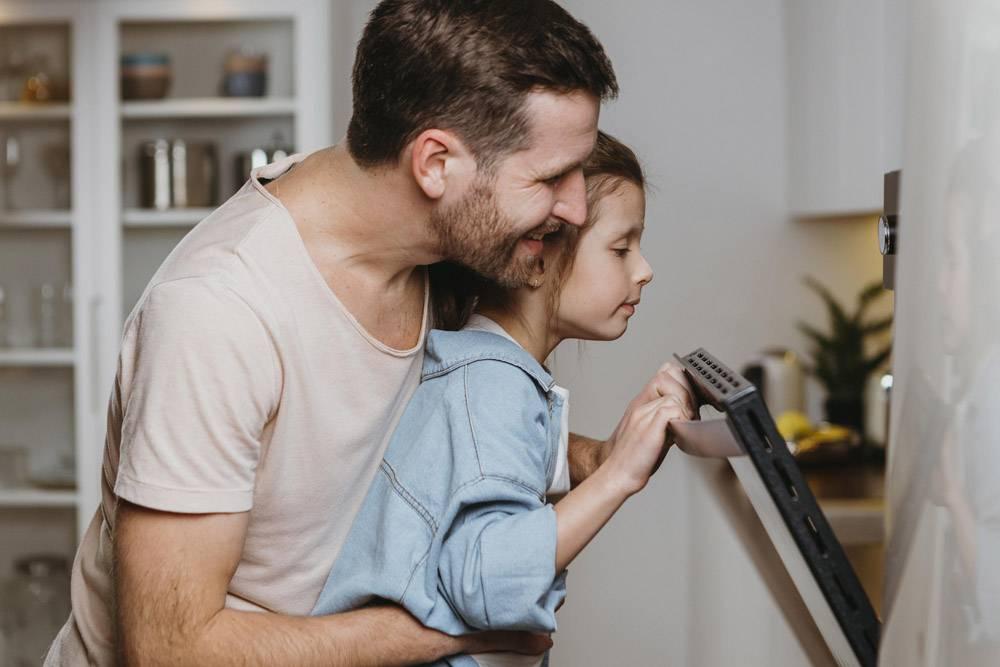 父亲和女儿一起烘焙饼干_11766040