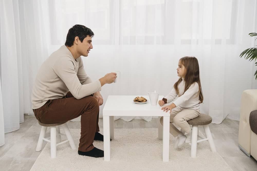 父亲和女儿在家中一起吃饭的侧观_11904709