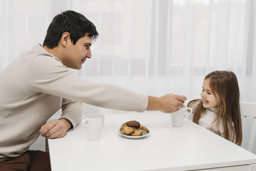父亲和女儿在家中共度时光的侧观_11904707