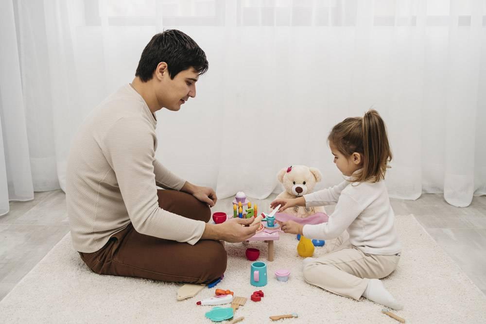 父亲和女儿在家中相聚的侧观_11904716