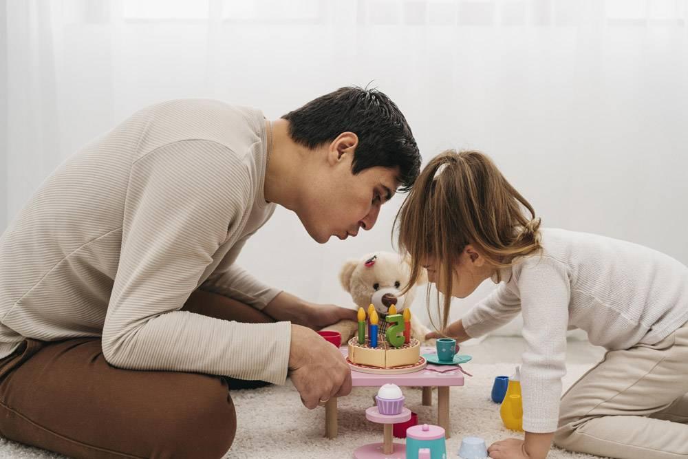 父亲和女儿在家里带着玩具_11904717