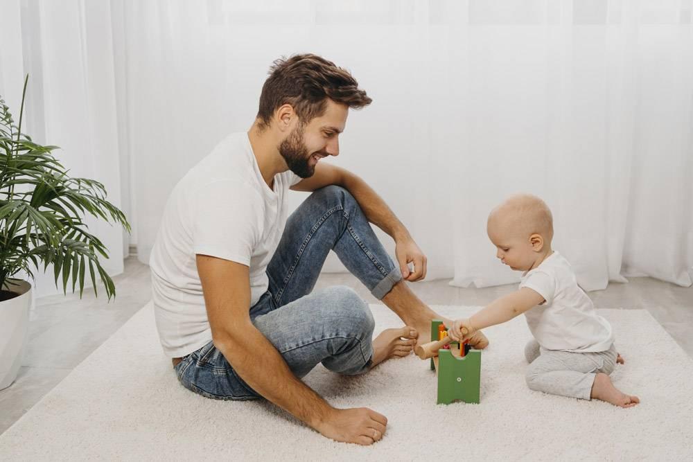 父亲和婴儿在家中一起玩耍的侧观_11904620