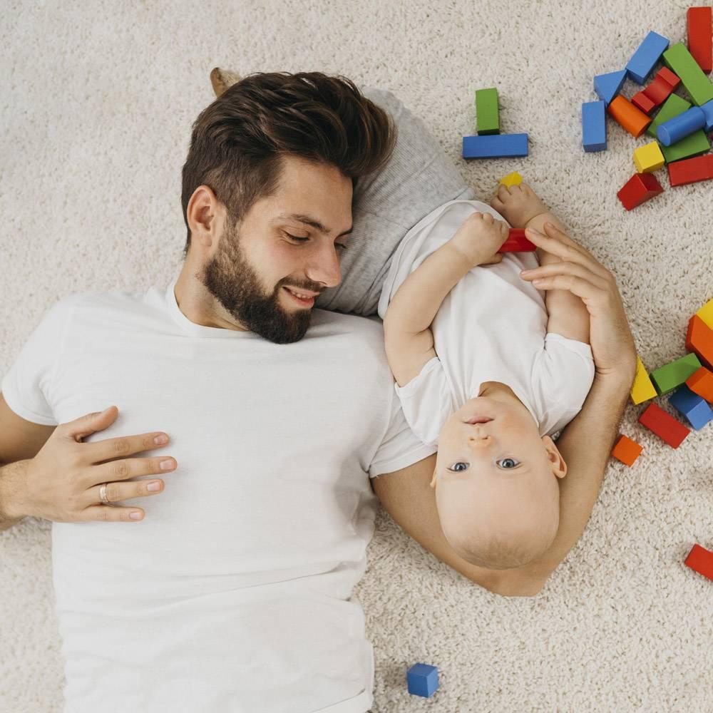 父亲和婴儿在家中的俯瞰_11904641