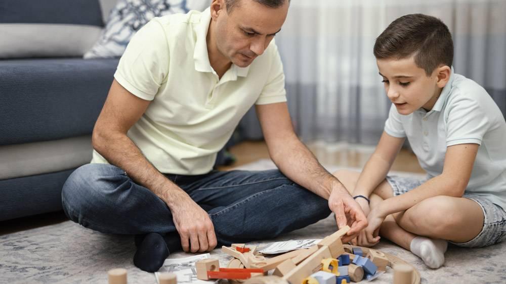 父亲和孩子一起在室内玩耍_12396520