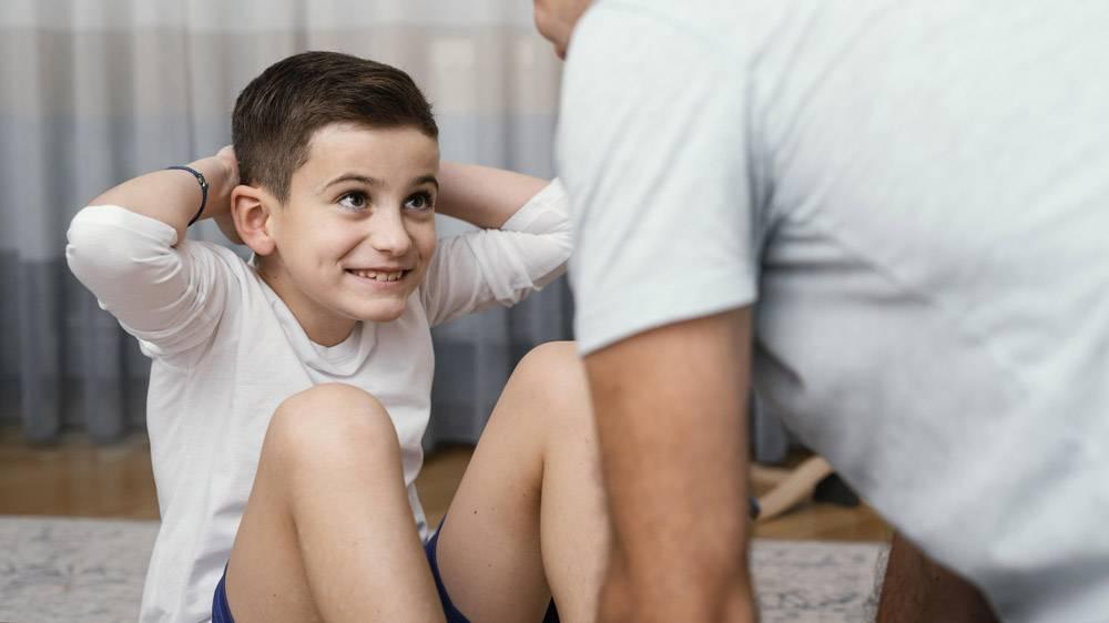 父亲和孩子在做运动_12396529