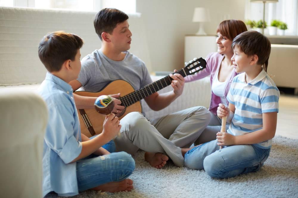 父亲在家里弹吉他_856549