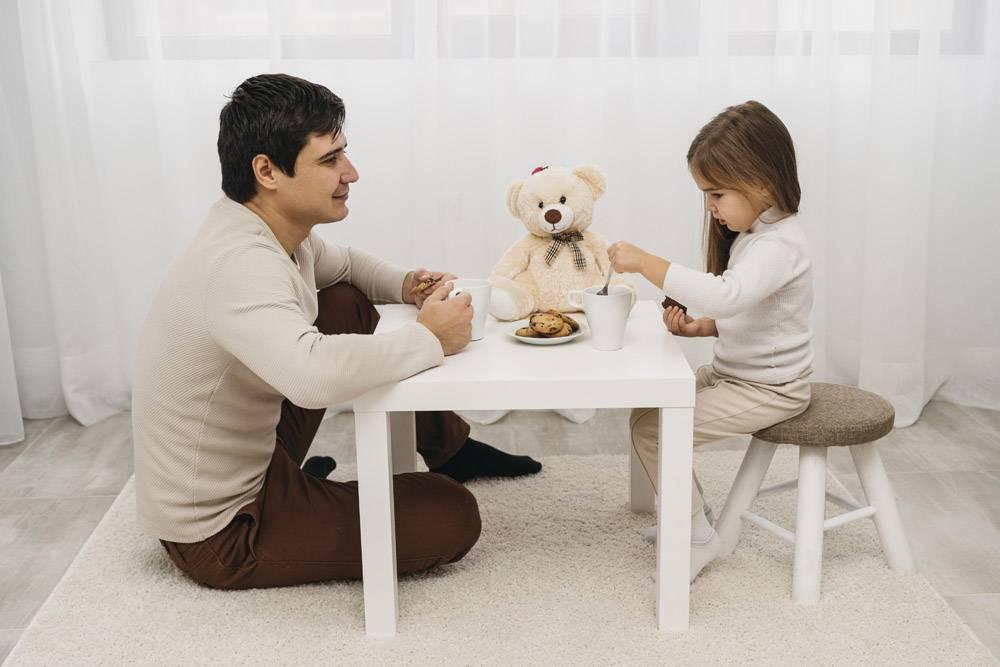 父亲在家里陪女儿玩耍_11904711