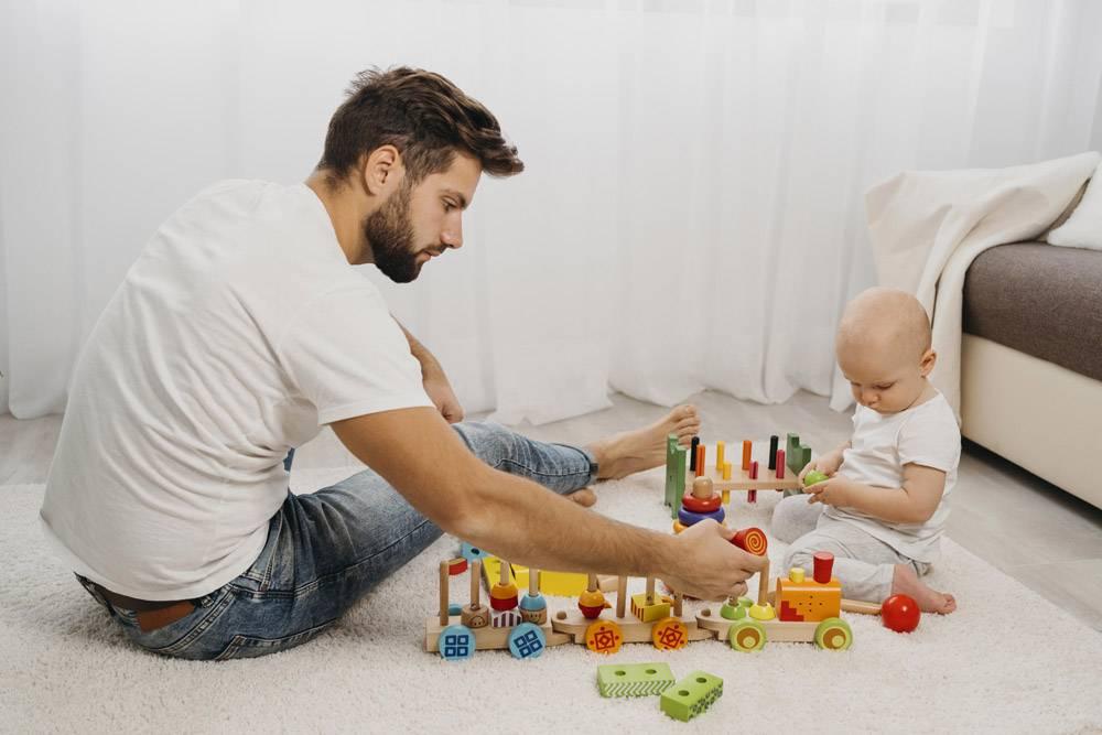 父亲带着孩子玩耍的侧观_11904621