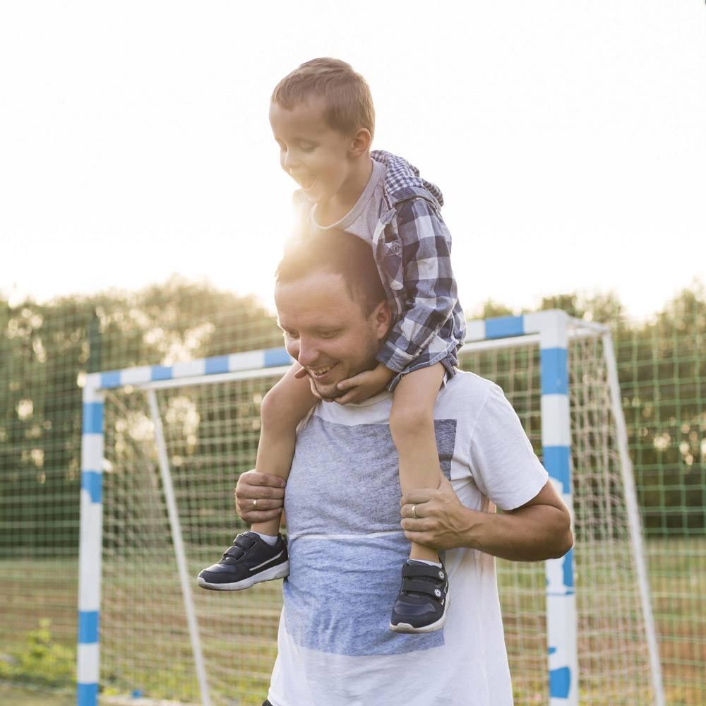 父亲把儿子抱在肩上_11176069