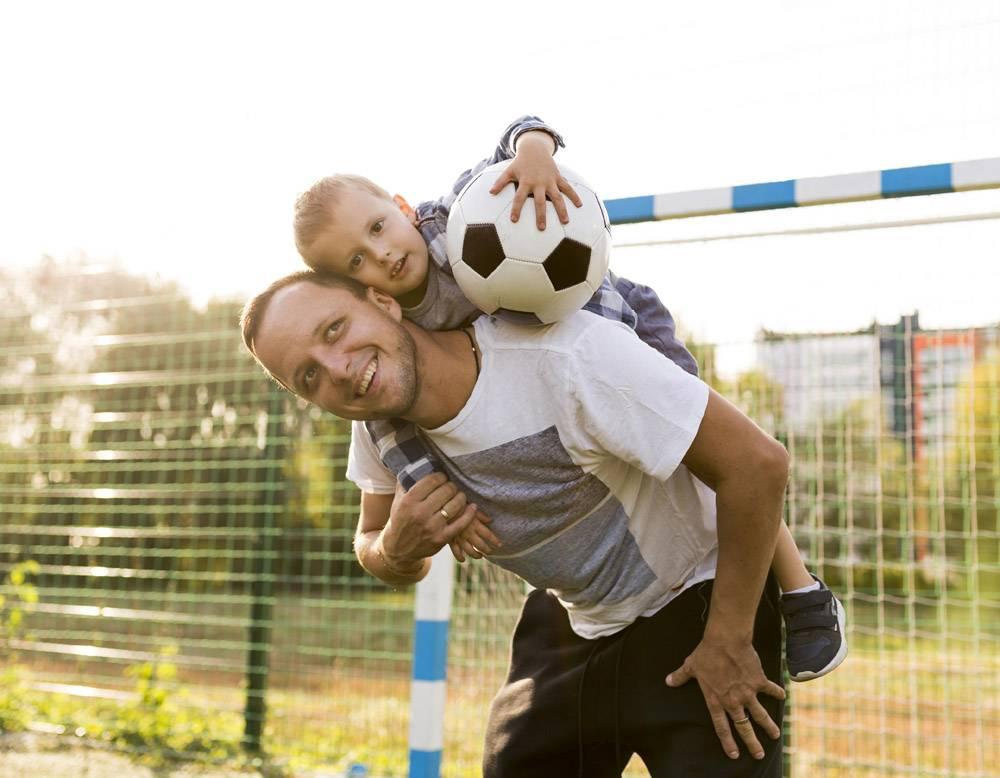 父亲把儿子抱在肩上_11176070