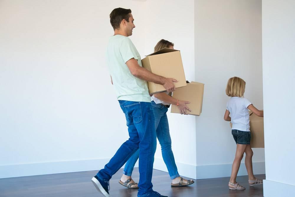 父亲提着纸箱跟在妻子和女儿身后走上走廊_10607992