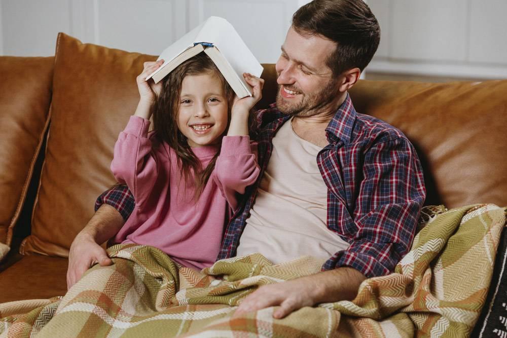父女俩在家一起看书_11766052