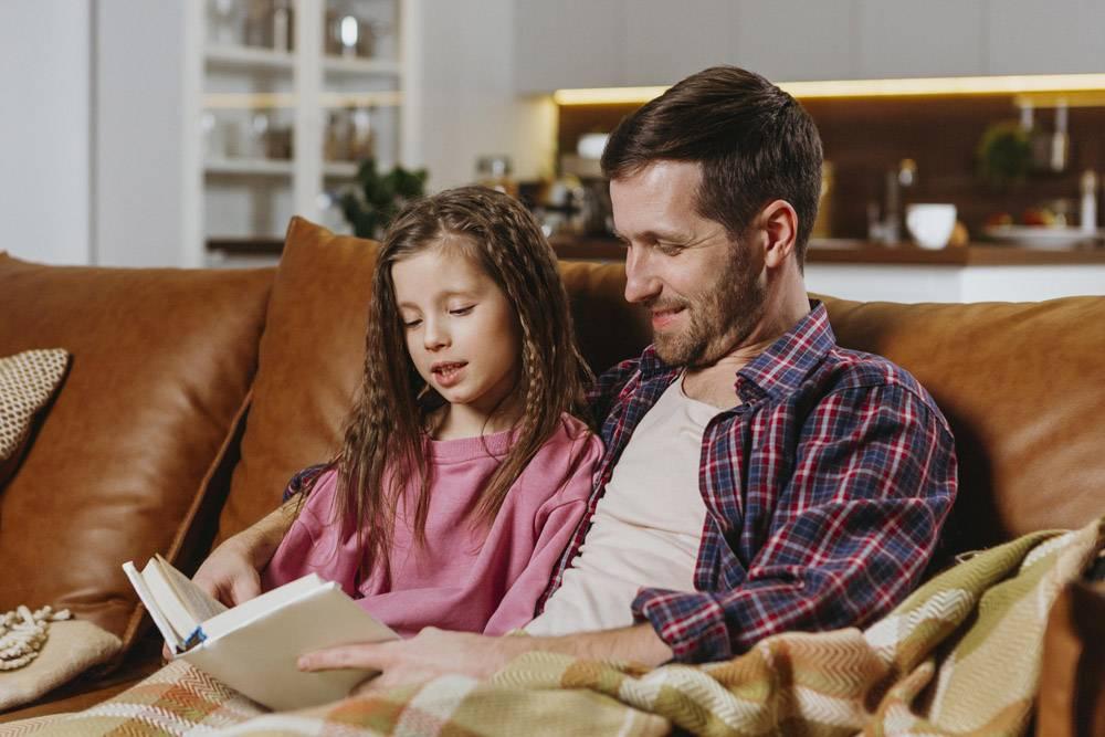父女俩在家看书_11766042