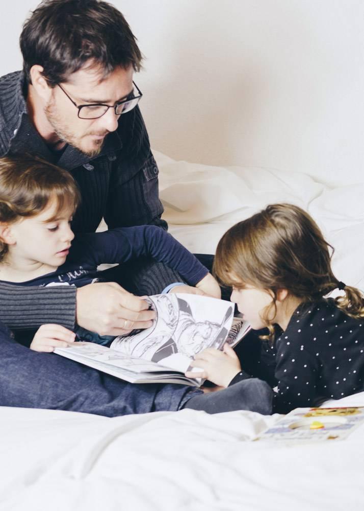 父女看漫画书_1550365