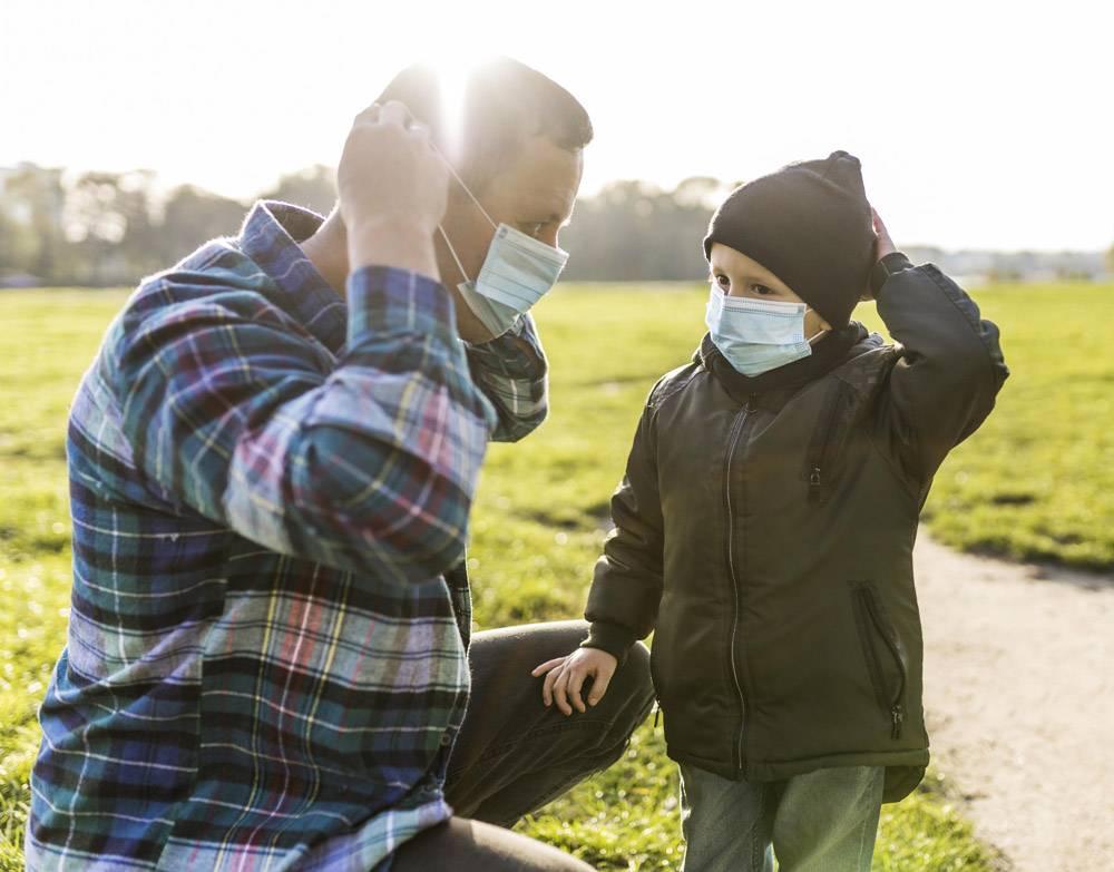 父子俩在户外戴着医用口罩_11174470