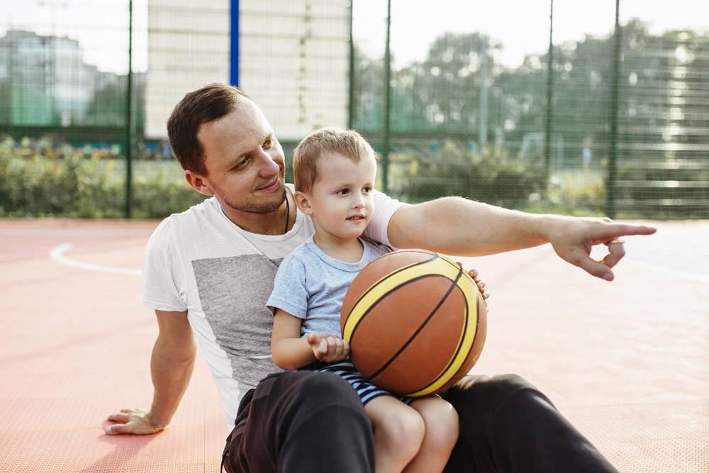父子俩在篮球场上放松_11176295