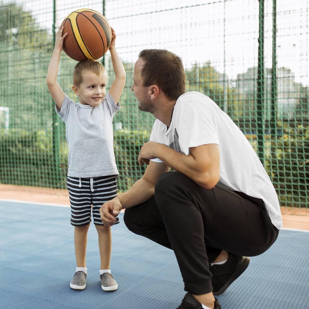 父子俩在篮球场上玩得很开心_11176296