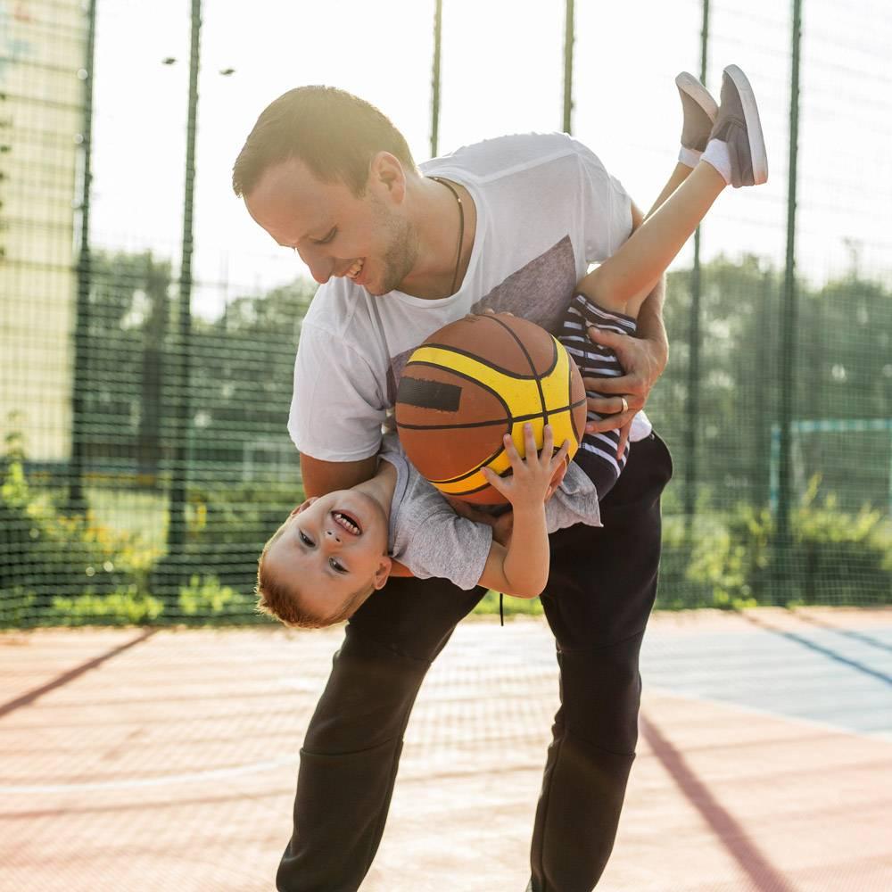 父子俩在篮球场上玩耍的前景_11176292