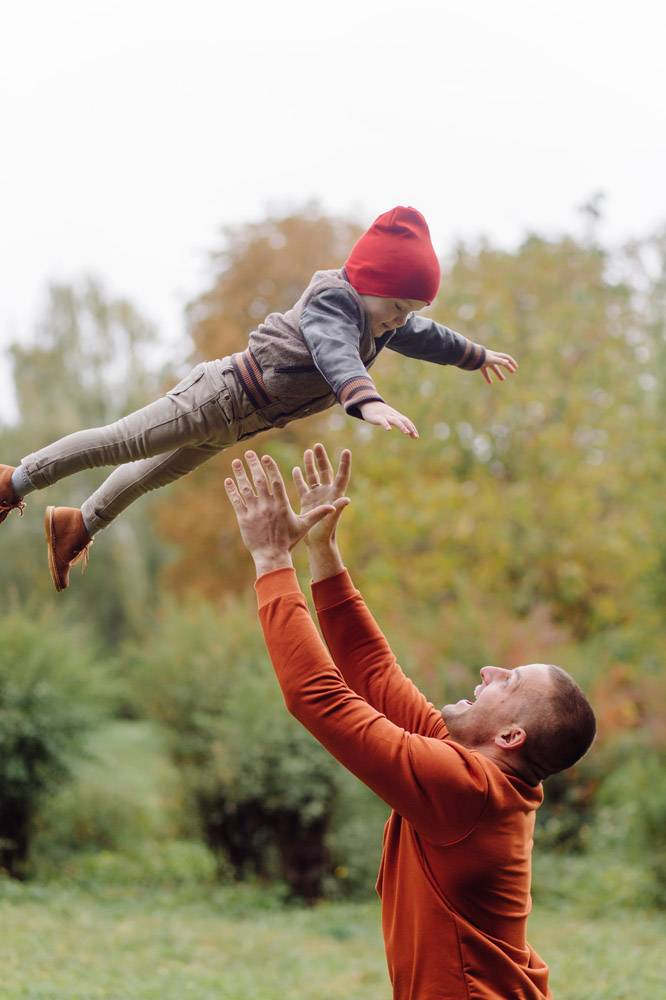 父子俩在花园里玩耍_11033792