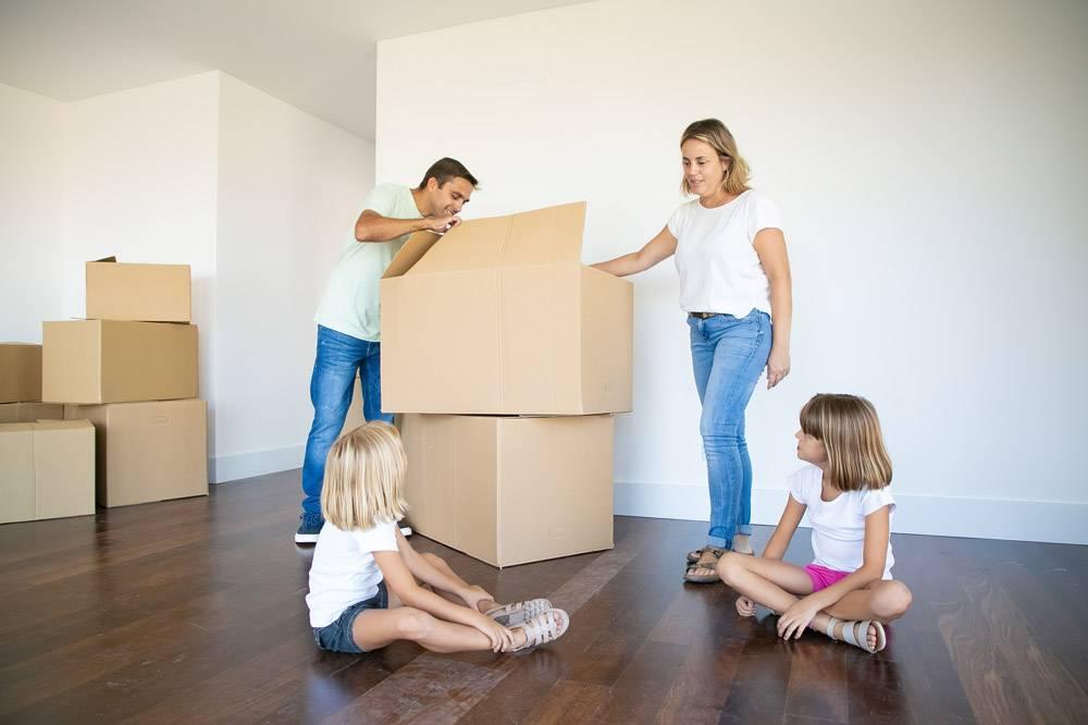 父母和两个女儿在他们新的空荡荡的公寓里打_11072783