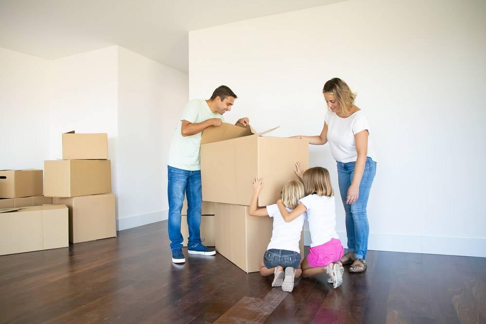 父母和两个女儿在新的空荡荡的公寓里一边打_11072782
