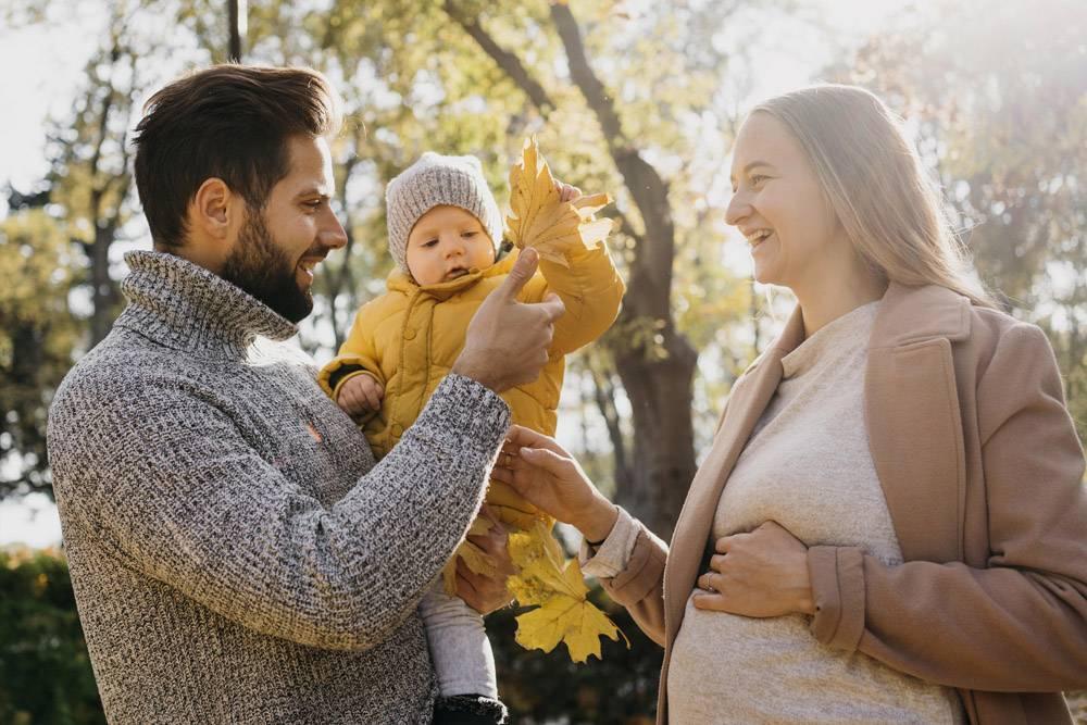 爸爸和妈妈带着孩子在户外侧视_11904654
