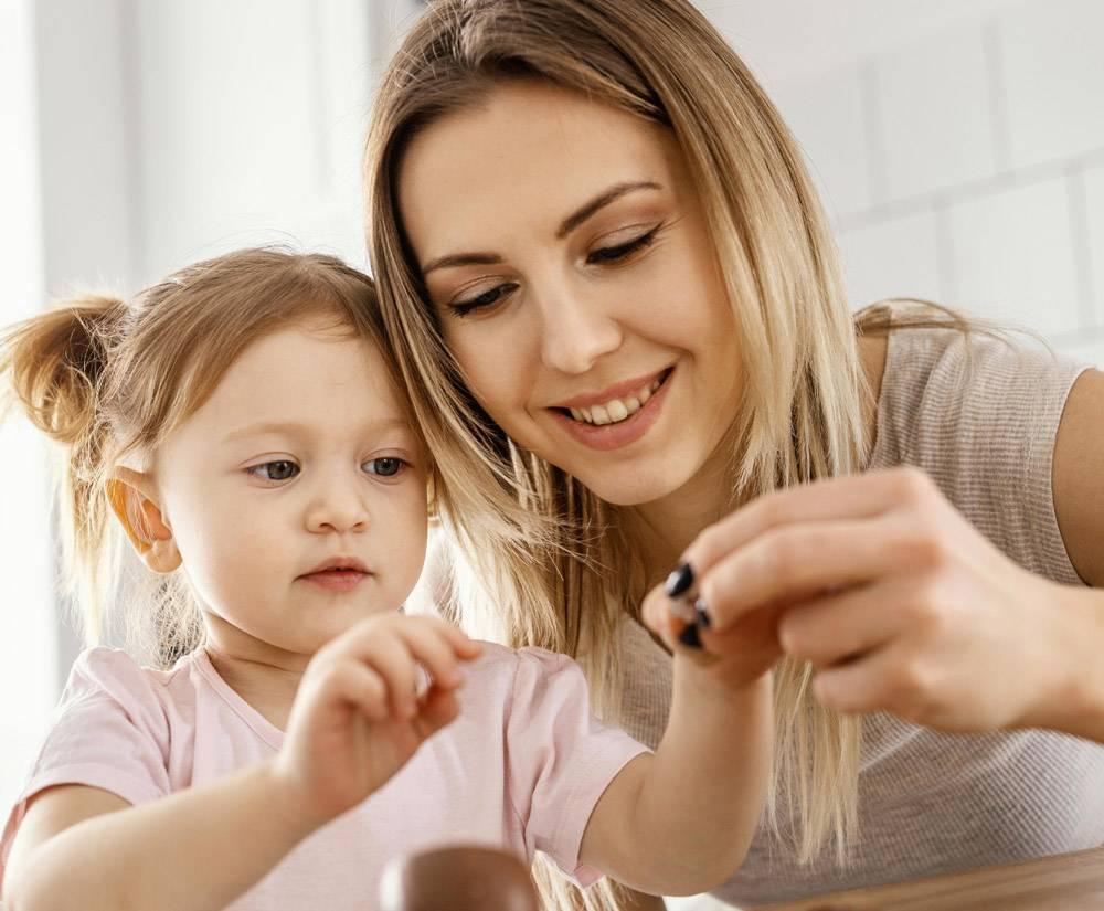 母亲与女儿共度时光_12658793