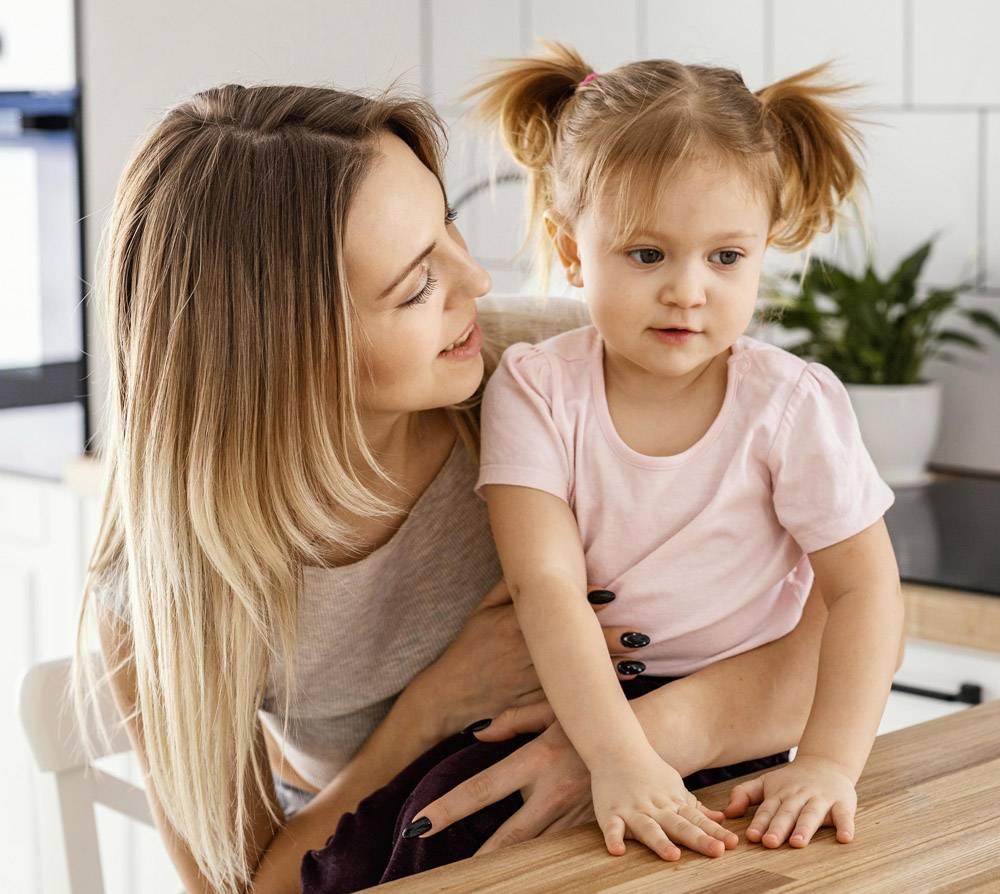 母亲与女儿共度时光_12658795