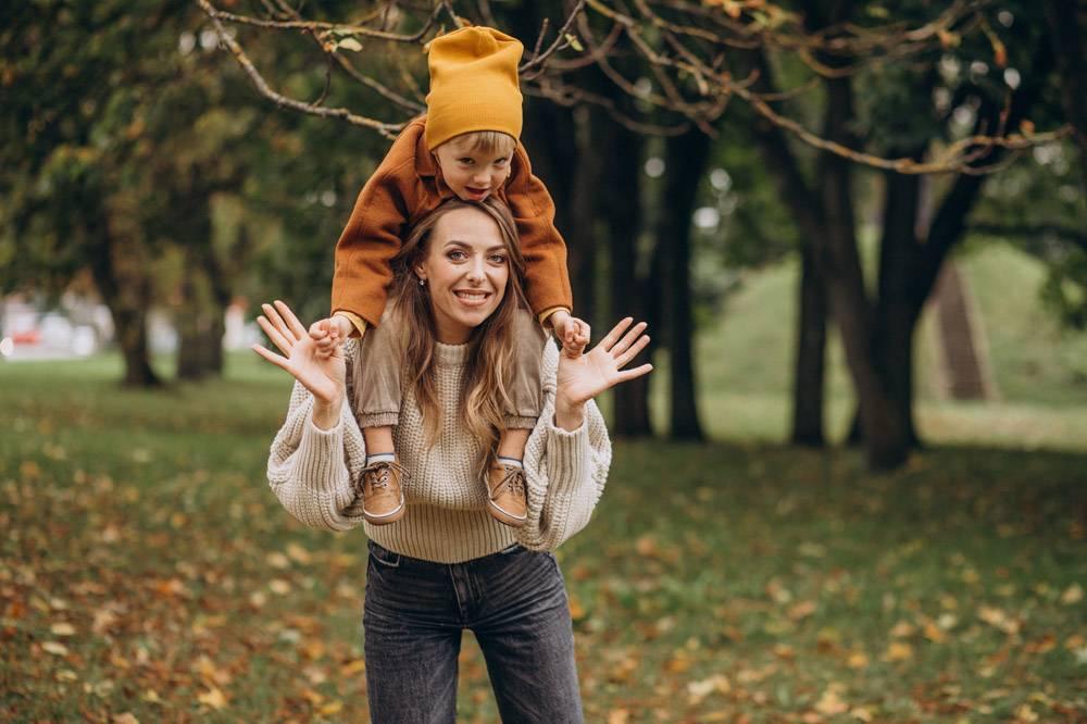 母亲和儿子在公园里玩耍_10705894