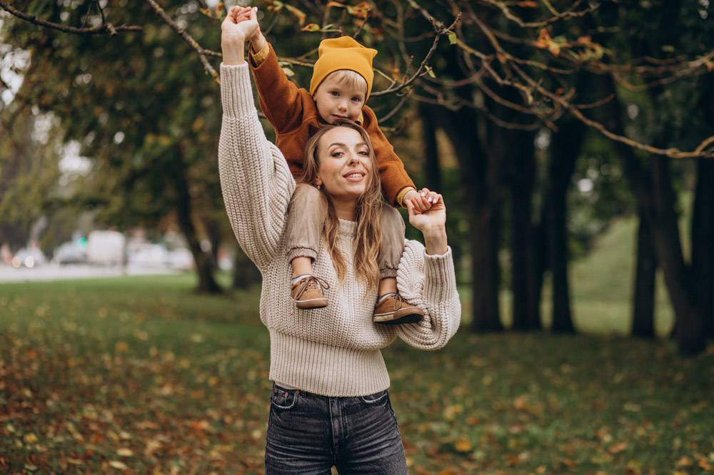 母亲和儿子在公园里玩耍_10705896