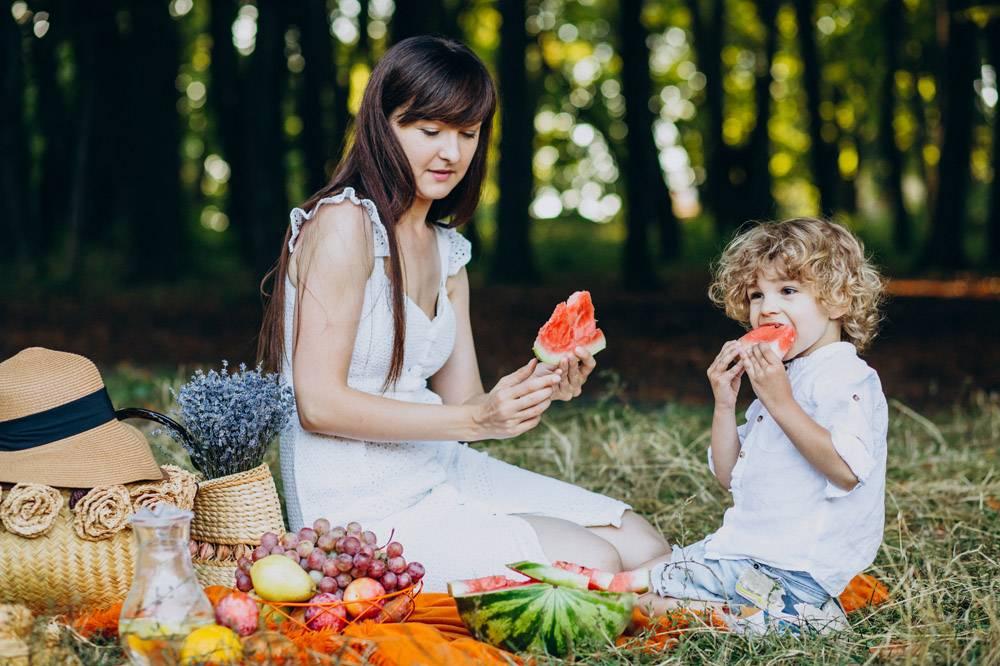 母亲和儿子在公园野餐_10298762