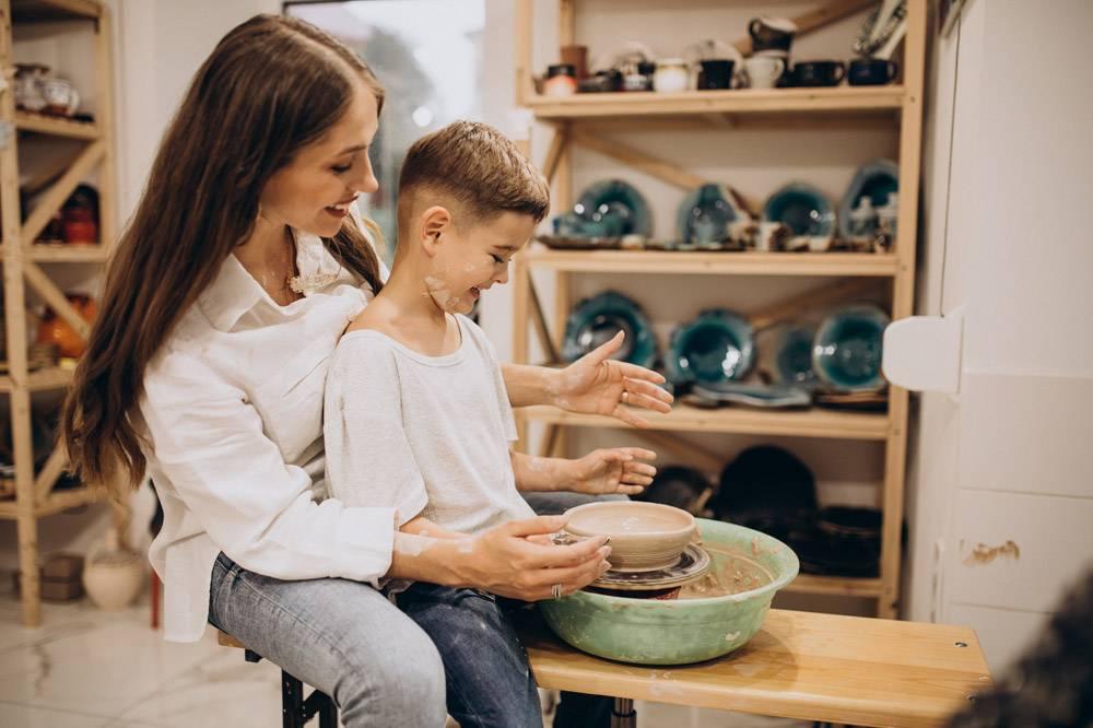 母亲和儿子在陶艺课上_10705274