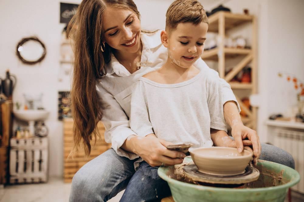 母亲和儿子在陶艺课上_10705345