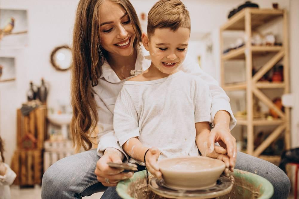 母亲和儿子在陶艺课上_10705851