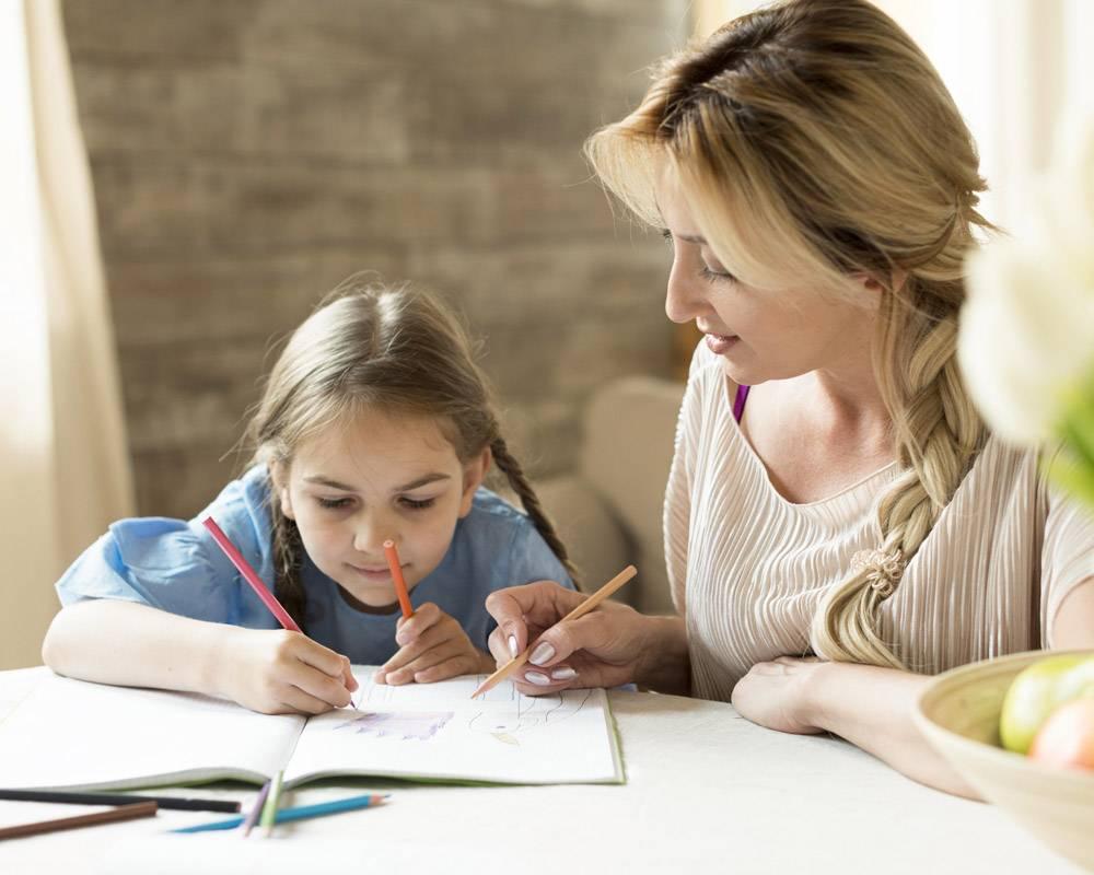 母亲和女儿一起做作业_10604696